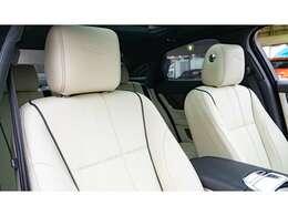 長距離移動で欲するシートへの要求を限りなく飲み込むような仕立ての素晴らしいシート。体格に合わせて座面長も調整できぴったりなドライビングポジションを取れるのが魅力です。
