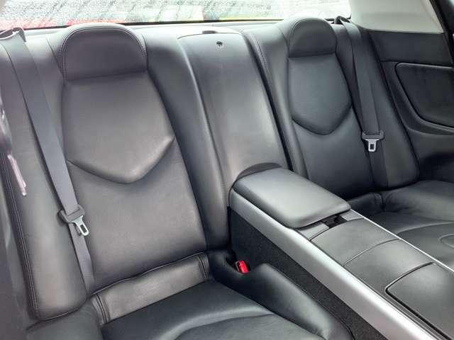 RX-8の特徴といえば一見2ドアにみえて、4ドアの観音開きドア。センターピラーをなくしたスタイルで後席への乗降性を確保しつつ、クーペ風のスポーティなフォルムを実現しています。
