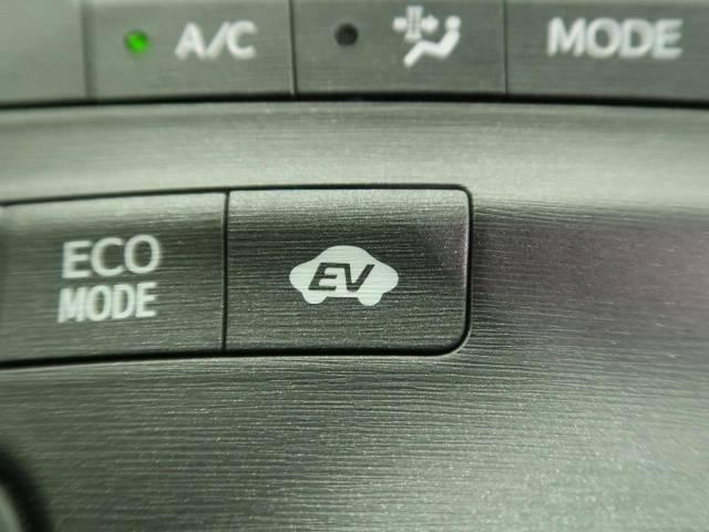 【EV MODE】電気駆動のみで走行するモードです。駐車場に停める際に使うとGOOD!