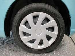 タイヤホイールは鉄チンでホイールキャップがはまってます!