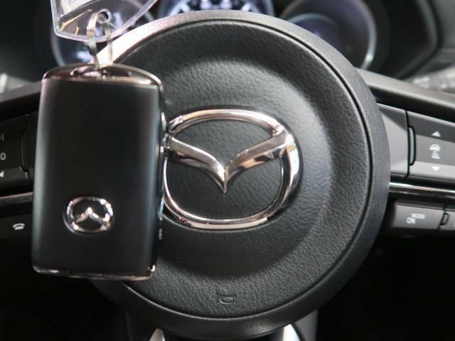 【アドバンストキー】カバンやポケットに入れたままでもドアの施錠・解錠が可能なスマートキーを装備。エンジンのオン・オフ時もカギを取り出す必要が無いからとっても便利です♪