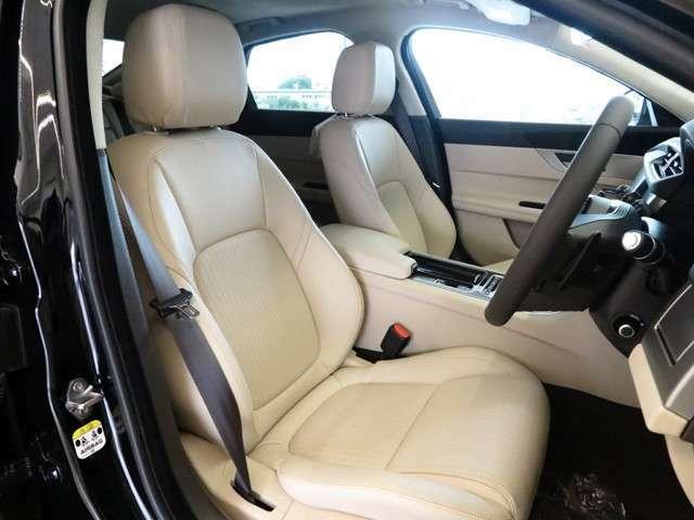 ラテグレインレザーシート。ホールド感バッチリのフロントシート。インテリアは明るく上品な仕様となっております。また運転席は使用感がなく綺麗な状態で入庫しています。