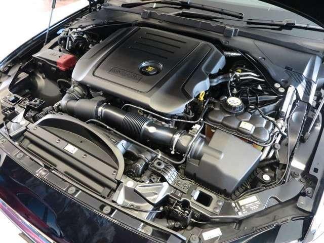 心臓部であるエンジンには2.0Lインジニウムディーゼルエンジンを搭載、最大トルク43.9kg・m(430N・m)/1750~2500rpmを発揮するジャガー・ランドローバー社の新開発エンジンです。