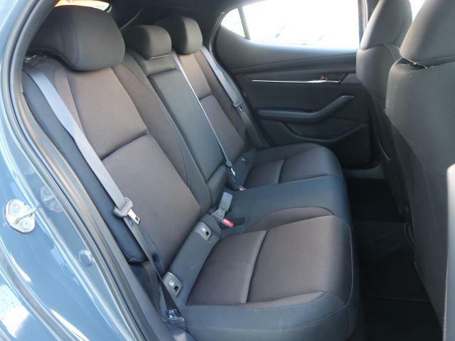 【後部座席】5ドア車ならではのゆとりのある空間で、ロングドライブでも快適にお過ごしいただけます。