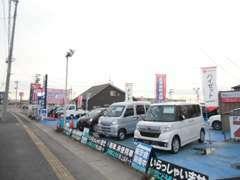 広い展示場に新車から中古車まで取り揃えております。