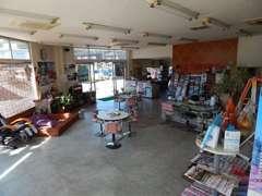 店内もアットホームな空間でお客様もゆったりと落ち着いた商談ができるスペースとなっております。