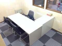 家具と椅子しかない商談スペースですが清潔です。(河内長野店)