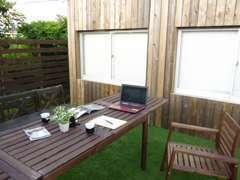 ウッドデッキも完備しております。夏は青空の元、商談出来るスペースを設けております♪パラソルもご用意致しております♪