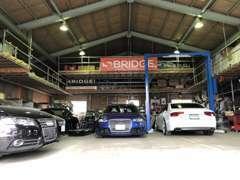 展示場兼事務所横には整備工場が隣接。門柱リフトや塗装ブースも完備!Audiディーラーと同じ車両診断システムを導入!