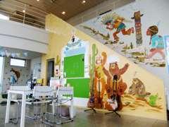 店内にはアーティストによる壁画が描かれています♪写真はほんの一部!お茶のみがてら壁画の全貌を見にいらしてくださいね。