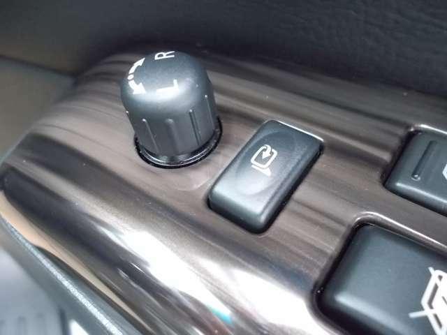 駐車時に便利な電動格納ドアミラー