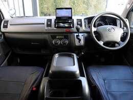 内装は革調シートカバー付きです。内装もとてもきれいな状態です。運転席・助手席間がウォークスルーなので運転席側のドアを開けられない時助手席側から乗り降りできます。フルリクライニングです。