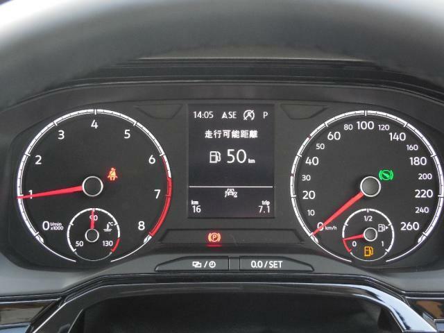 シンプルでありながら視認性の高いメーターパネル。中央部のマルチファンクションインジケーターは、時刻、瞬間平均燃費、走行距離、平均速度、運転時間、外気温などが表示できます。