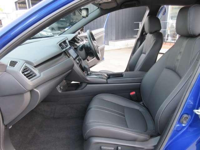 助手席回りもとても綺麗なコンディションが保たれております♪ 足元まで広々しており長距離運転でも安心ですね♪
