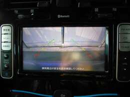 バックビューカメラ装備。後進時に後方画像を車載モニターに映す事が出来ます。映像切り替えはギアを後進に切り替える事で自動的に行われます。死角の障害物、背の低いお子様やペット等の接触事故の回避に役立ちます