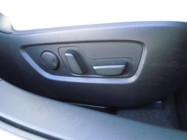 運転席、助手席はシートヒーターと電動でポジションを調整が出来る