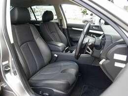 運転席・助手席シートは電動にて調整可能なパワーシートに、専用ハーフレザーシート装備。切れや擦れなども無く大変綺麗な状態となります。ご遠方のお客様もご安心してご検討下さいませ。
