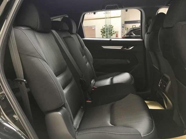 スペースにゆとりがある後部座席でロングドライブもゆったり過ごせます♪リクライニング機構を備えています♪