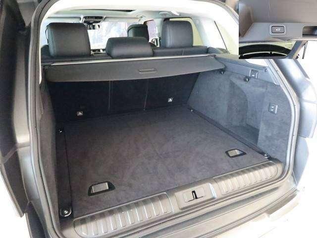 パワーテールゲート搭載。大きい荷物を持っているときや両手がふさがっている際にタイヤの後ろのセンサーでバックドアの開閉が可能です。