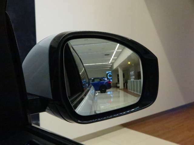 ブラインドスポットモニター「死角にいる車を検知しサイドミラーに表示してくれます。暗い夜間や雨天時の車線変更を安全に行えます。」