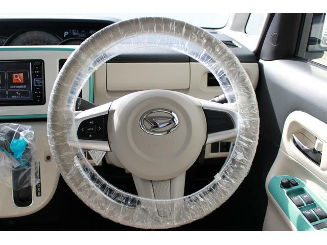 ステアリングスイッチです。スッキリしたデザインと白いパネルで車内が明るいイメージです♪