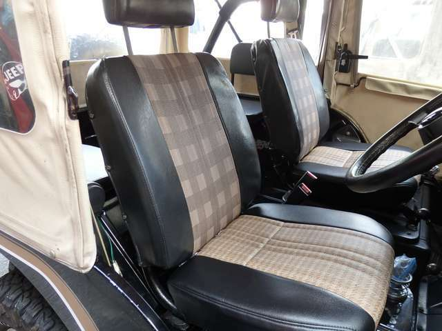 左右純正シート。座面は張り替えしてあります。