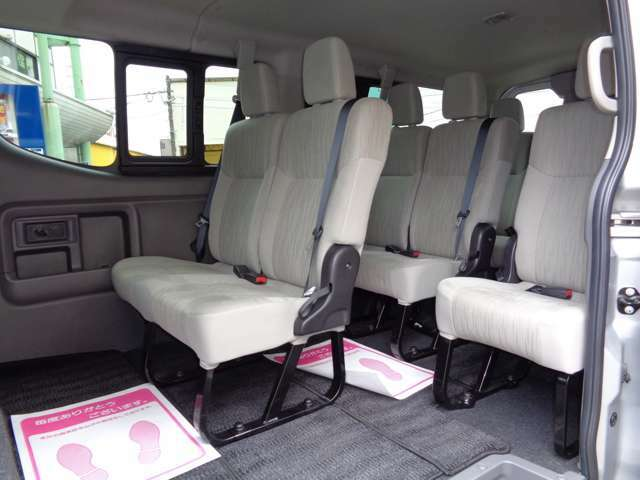 4列シート10人乗りの広い車内!パワースライドドア装備!大勢でのお出かけや乗り合いでのお仕事に大活躍!室内大きなダメージは感じられずに非常に良好!後席モニター取付も格安にて承ります!