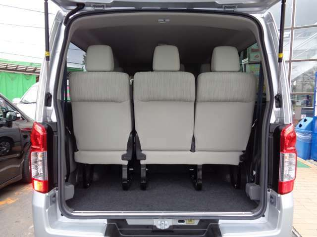 荷室です!物をたくさん詰まれる場合は簡単な工具で後部座席を取り外せます!プライバシーガラスで車載品の盗難防止にも効果的!リアフィルム施工・セキュリティ取付もお任せ下さい!!