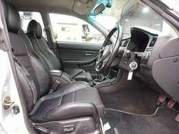 運転席は電動にて調整可能なパワーシートに専用ハーフレザーシートも標準装備となります。お得な金額にてRECARO製やBRIDE製などのスポーツシートにも変更可能です。お気軽にご相談下さいませ