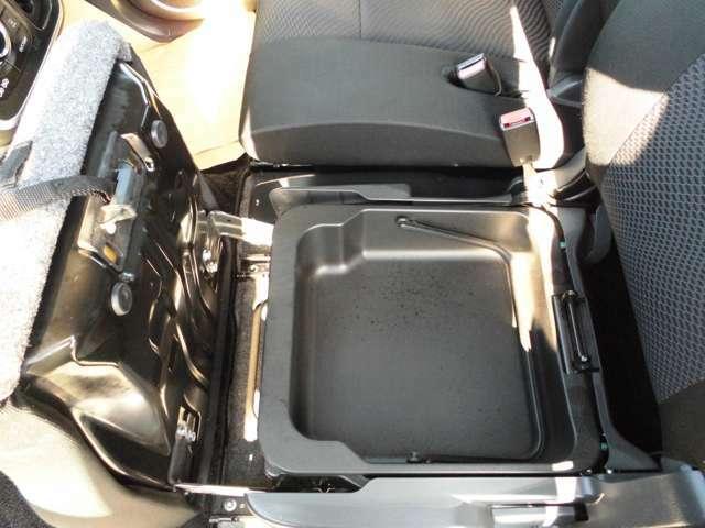 助手席のシート下には収納スペースございます。