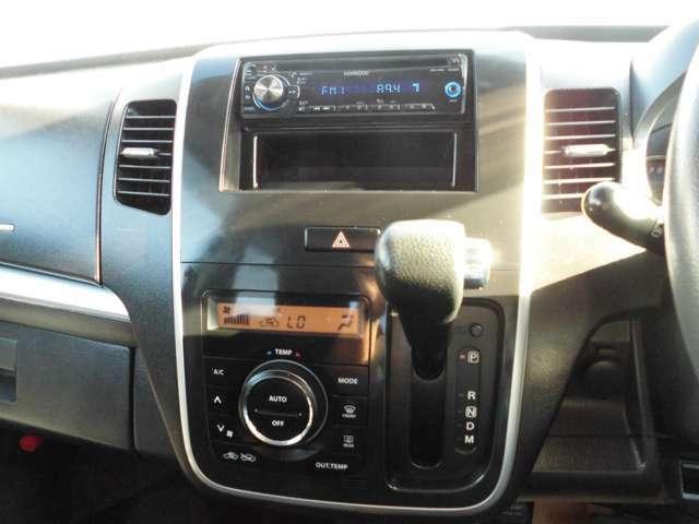 KENWOOD製CDデッキがついています。オートエアコンのお車です。冷房、暖房共によく効いています。