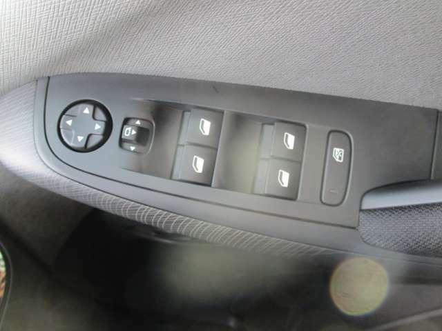 パワーウインドースイッチ・サイドミラースイッチです。電動格納ミラー付きで狭い道路でも安心ですね。