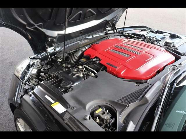 3.0V6 スーパーチャージド ガソリンエンジン。最出力340PS、トルク450Nm(カタログ値)。低回転から力強く加速し、快音をとどろかせ、ドライビングの醍醐味を五感で味わっていただけます。