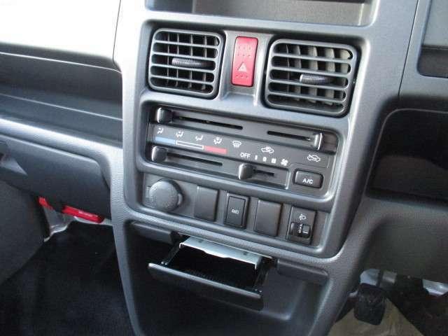 マニュアルエアコンです!!2WDと4WDをこのボタンで簡単に変更できます!!