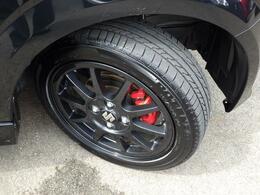 スポーツ走行を支える高性能タイヤ&アルミホイールとベンチレーテッドディスクブレーキ。