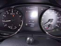 大きくて見やすいスピードメーター、スピードは控えめに、安全、エコドライブ