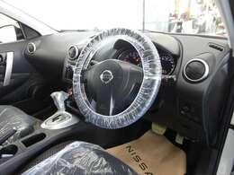 【車内抗菌・消臭】車内の気になる匂いを専門の機器を使用し、抗菌・消臭しております。匂いに敏感な女性にも喜んでいただいております。