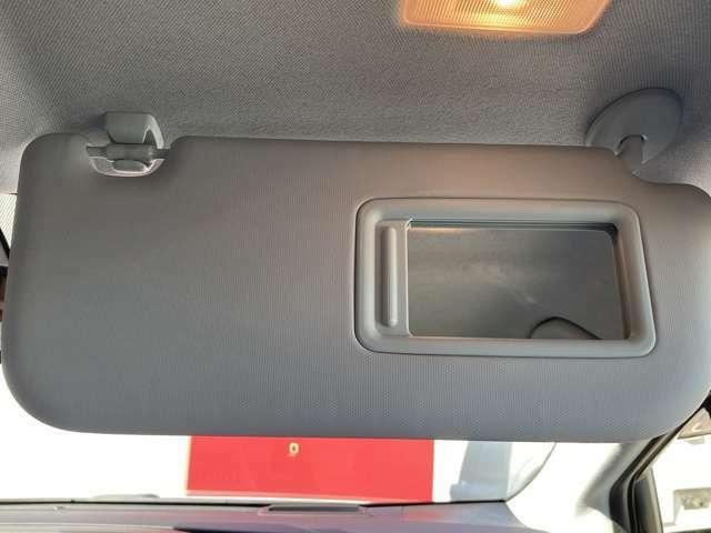 運転席上部にはルームミラー付きなので身だしなみの確認も確認できますよ