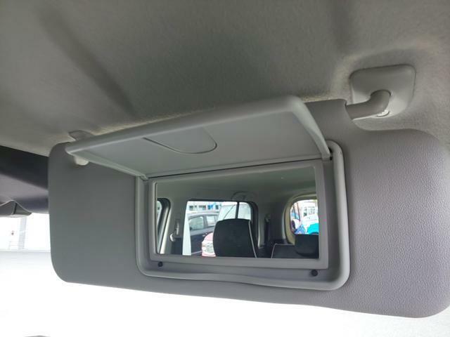 運転席サンバイザーにはバニティミラーを搭載。