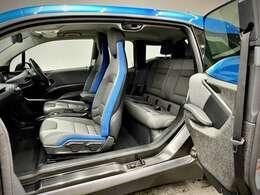 車内は実に開放的でございます。また、センターコンソールがないので運転席と助手席間の移動が可能なのと、左右のドアが観音開きタイプだから乗り降りも楽です♪