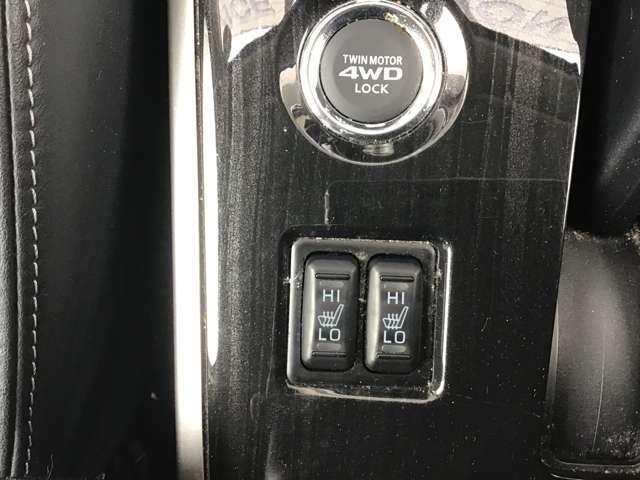 運転席と助手席にはシートヒーターが付いています