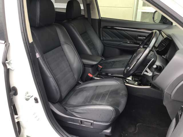 運転席はパワーシートのため、ポジション調整もラクラク!