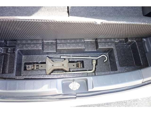 パンク修理キット+車載工具揃ってます