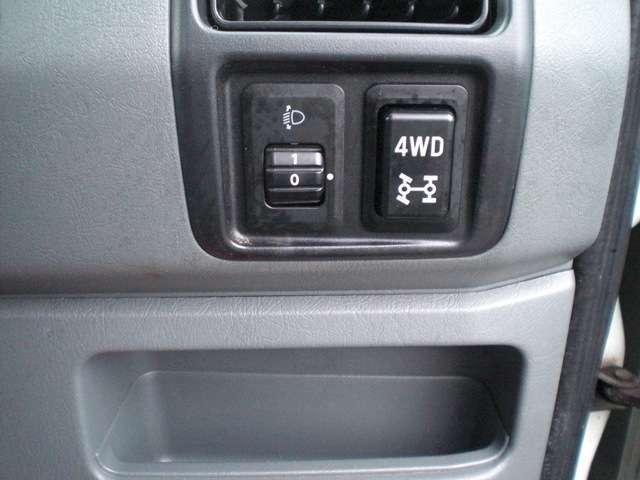 4WD切り替えはスイッチひとつでラクラク!