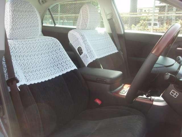 クラウン専用ハーフシートカバー付き!落ち着いた内装になっております♪ ステアリングスイッチ付きなので手を放すことなく操作が可能です♪  クルーズコントロールも付いてますので高速道路も疲れずラクラク♪