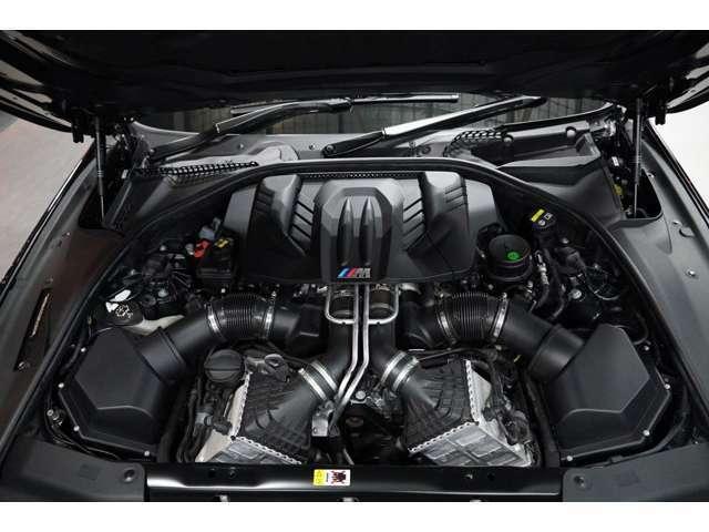エンジンは2009年登場の「X5 M」や「X6 M」から導入が始まった、4.4リッターV8ツインターボ。