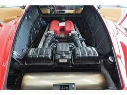 3600ccV8ミッドシップエンジン ガラス越しに赤いヘッドカバーのエンジンが見られます