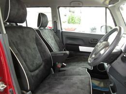 広い座面でゆったり座れるフロントシート☆運転席アームレスト付き♪