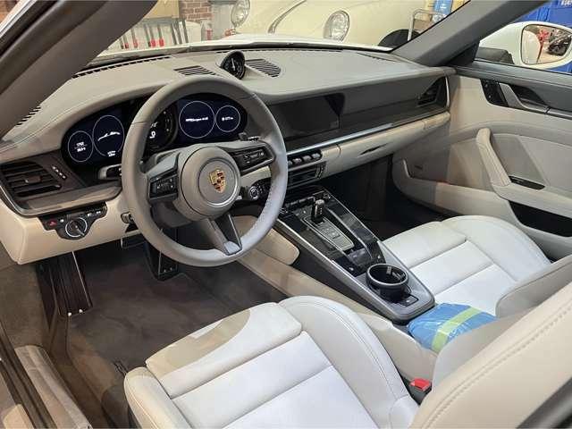 内装はツートンレザー(ストレートグレー/クレヨン)の18Way電動アダプティブスポーツシートがオプションで装着されています。