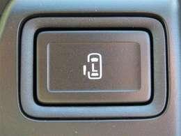 左側Pスライドドアスイッチです。このボタンを押すだけで室内から自動でドアを開閉することができます。